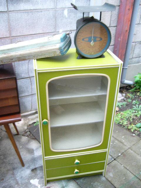 黄緑の小さい食器棚